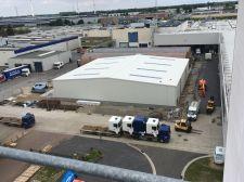 In het Belgische Westerlo heeft ServicebouwPlus in opdracht van bouwbedrijf Cordeel een complete stalen loods van DAF verplaatst.