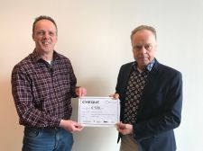 Arend Okhuijsen overhandigt KWF cheque € 500,-